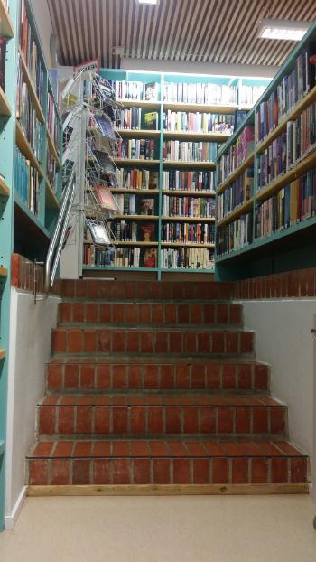 Tervolan kirjasto portaat aikuistenosastolle