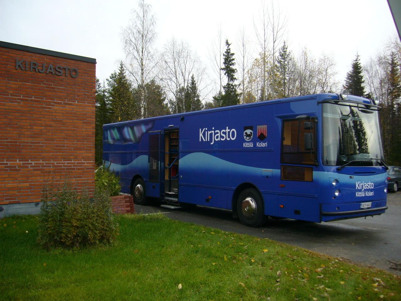 Kittilän kirjastoauto kirjaston pihalla